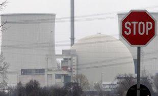 Un panneau stop devant une centrale nucléaire allemande.