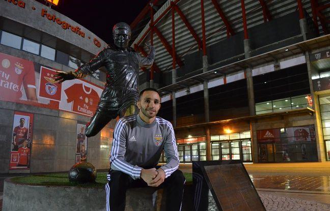 Socio du Benfica depuis l'enfance, Manuel Almeida pose devant la statue d'Eusebio qui trône devant le stade de la Luz à Lisbonne.