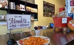 """Le combat est presque désespéré : """"Dans un mois, on n'en aura plus"""", soupire Jill Erber devant le comptoir de sa boutique de fromages, à Arlington, où trône une boule de mimolette. Mais l'action continue. """"Il faut sauver la mimolette"""", dit l'affiche voisine."""