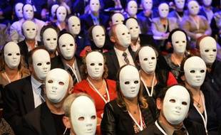 Les buralistes portent des masques le 6 novembre 2014 en signe de protestation lors de leur congrès national à Paris