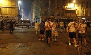 Des supporters anglais se protègent des gaz lacrymogènes sur le Vieux-Port, le 11 juin 2016.