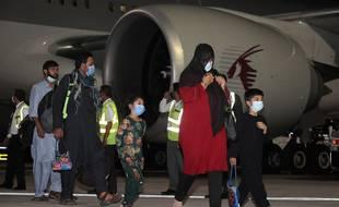 Les évacués d'Afghanistan arrivent à l'aéroport international Hamad de Doha, la capitale du Qatar, sur le premier vol transportant des étrangers hors de la capitale afghane depuis le retrait américain le mois dernier, le 9 septembre 2021.
