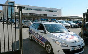 Un véhicule sort des locaux de la BAC Nord, en octobre 2012.
