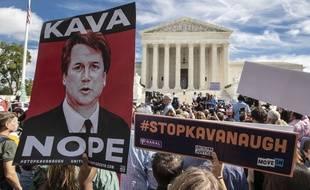 Des manifestants protestent à Washington contre la possible nomination du juge Brett Kavanaugh à la Cour Suprême alors qu'il est accusé d'agression sexuelle.