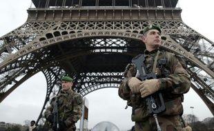 Des militaires déployés sous la Tour Eiffel dans le cadre du plan vigipirate le 7 janvier 2015 à Paris