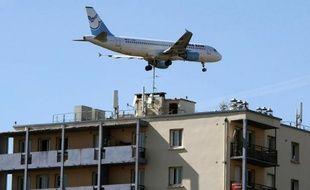 Un avion survole un immeuble d'habitation à Toulouse, le 2 octobre 2012
