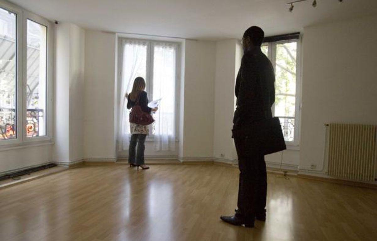 Jeune femme visitant un appartement avec un agent immobilier. – POUZET/SIPA