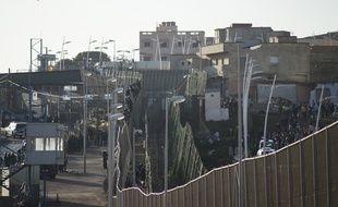 La frontière qui sépare le Maroc de l'enclave espagnole de Melilla, le 30 décembre 2014. Des centaines de migrants tentent chaque jour de passer la frontière pour se rendre sur le territoire espagnol.