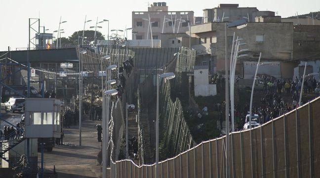La frontière qui sépare le Maroc de l'enclave espagnole de Melilla, le 30 décembre 2014. Des centaines de migrants tentent chaque jour de passer la frontière pour se rendre sur le territoire espagnol.  – BLASCO DE AVELLANEDA / AFP