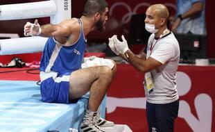 Mourad Aliev est resté plusieurs minutes au bord du ring après sa disqualification très litigieuse chez les poids-lourds aux JO.