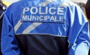 Le chef de la police municipale de Chambourcy, une bourgade résidentielle des Yvelines, a été retrouvé mort à son domicile mercredi le corps lardé de coups de couteaux, un meurtre mystérieux sans explications pour l'instant qui a stupéfié population et élus.