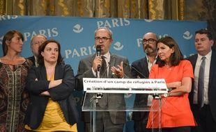 Anne Hidalgo, maire de Paris, a annoncé ce mardi, aux côtés d'Emmanuelle Cosse, ministre du logement, les détails sur l'ouverture des deux camps humanitaires pour les réfugiés primo-arrivants, prévues à l'automne à Paris.