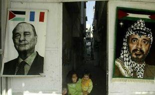 Des affiches de jacques chirac et Yasser Arafat dans les rues de Gaza en 2004.