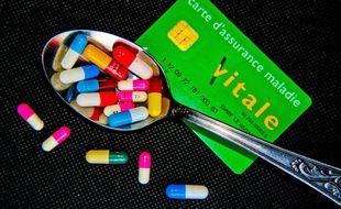 Illustration de médicaments et d'une carte Vitale d'assurance maladie.