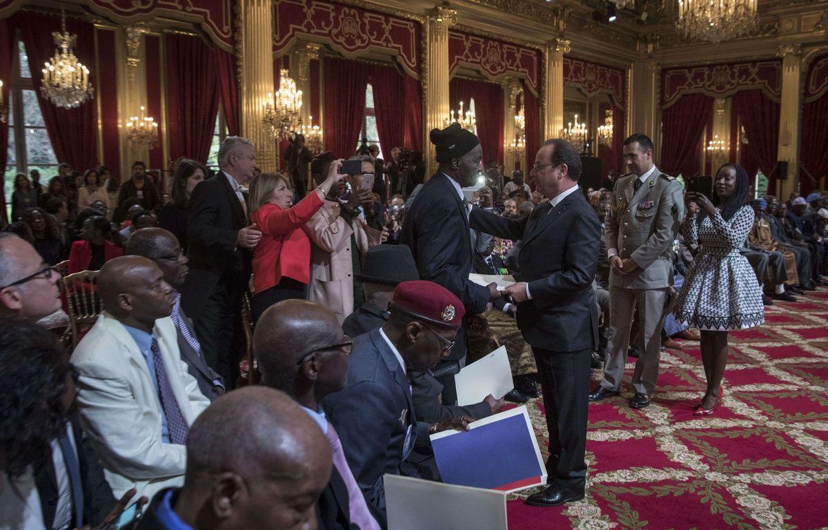 Alassane Dia reçoit son certificat de nationalité le 15 avril 2017 des mains du président François Hollande.  – KAMIL ZIHNIOGLU KAMIL/SIPA