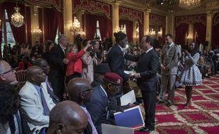 Alassane Dia reçoit son certificat de nationalité le 15 avril 2017 des mains du président François Hollande.