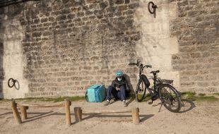 Un livreur patiente sur les quais de Seine à Paris. (Illustration)