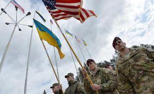 Des soldats ukrainiens et américains participent à une cérémonie officielle le 20 avril 2015 à Lviv avant de commencer des entraînements communs