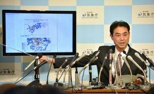 Un responsable de l'agence japonaise de météorologie lors d'une conférence de presse à Tokyo, le 14 avril 2016, après le tremblement qui a frappé l'île de Kyushu qui héberge de nombreux sites de production