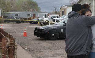 Des proches des victimes d'une tuerie lors d'un fête d'anniversaire, à Colorado Springs le 9 mai 2021.