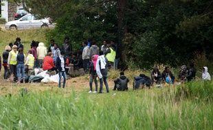 Des migrants à Calais, le 21 juin 2017. AFP PHOTO/ DENIS CHARLET