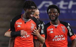 Chalobah exulte : il vient d'égaliser pour Lorient à Strasbourg. c'est le but du maintien !