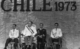 """Le remplacement proposé dans les manuels scolaires du Chili de """"dictature militaire"""" par """"régime militaire"""" pour désigner l'ère Pinochet (1973-90) a hérissé les milieux des droits de l'homme et gêné jusque dans la majorité de droite, au point d'être sans doute mort-né."""