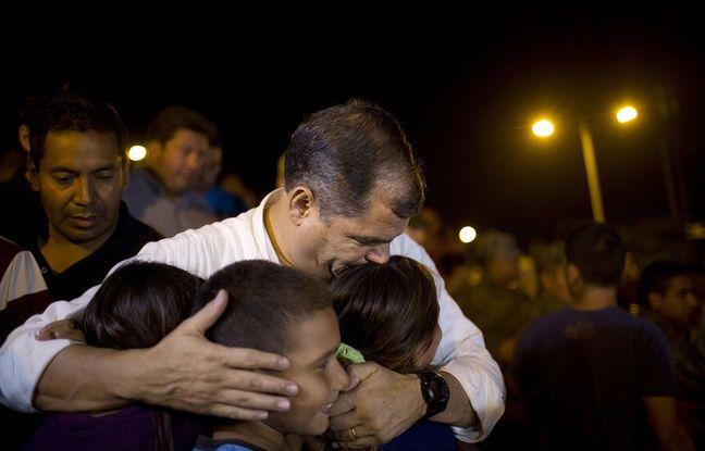 Le président équatorien Rafael Correa embrasse des enfants dans un centre d'accueil d'urgence après le séisme meurtrier, le 18 avril 2016.