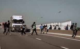 Le mur est censé empêcher les migrants de s'introduire comme ici sur la rocade portuaire.