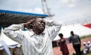 Un homme est submergé de chagrin dans le stade de Nyayo à Nairobi le 5 avril 2015 en apprenant qu'un de ses proches a été tué par les shebab à Garissa