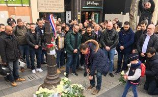 Des policiers ont déposé des fleurs devant la plaque accrochée à l'endroit où Xavier Jugelé a été tué en avril 2017