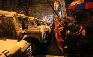 La police d'Irlande du Nord a utilisé des balles en caoutchouc et des canons à eau après avoir été attaquée à Belfast par des émeutiers lundi pour la cinquième soirée consécutive.