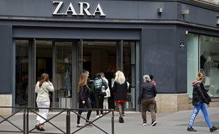 Des clients dans un Zara, à Paris, le 11 mai 2020.