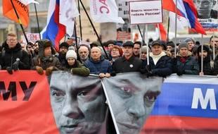Des soutiens de l'opposition russe défilent le 29 février 2020 à Moscou, en mémoire du critique du Kremlin Boris Nemtsov, assassiné en février 2015.