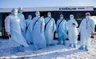 Des employés d'aéroport participent à un exercice d'évacuation d'avion, en Russie, le 5 février 2020.