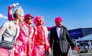 Le 18 mai 2021, avant la première demi-finale de l'Eurovision, devant la Ahoy Rotterdam, des fans du concours voient la vie en rose.