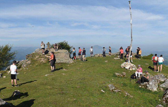 Des randonneurs sur le mont Mondarrain, dans le Pays basque, en mai 2020.