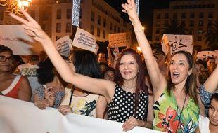Des Marocains manifestent après l'interpellation de deux femmes en raison de leur robe jugée provocante à Rabat, le 6 juillet 2015.