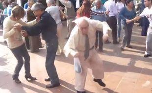 Un vieil homme très heureux entame une danse de la joie