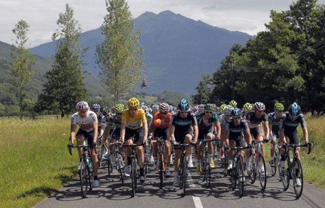 Le peloton du Tour de France, lors de la 12e étape sur la route d'Annonay, le 13 juillet 2012.
