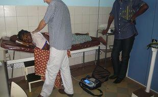 Une patiente à Ouagadougou teste diavein, un traitement par stimulation électrique pour lutter contre les crises liées à la dépranocytose.