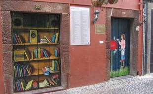 Les portes de la rue Santa Maria ont été peintes pour revitaliser le quartier.