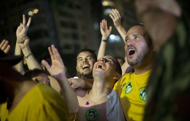 Des manifestants laissent éclater leur joie après le vote des députés en faveur de la destitution de Dilma Rousseff, le 18 avril 2016.