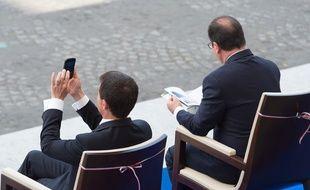 François Hollande (à droite) et Manuel Valls, à Paris, le 14 juillet 2015, lors du défilé sur les Champs-Elysées.