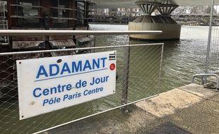 L'Adamant est une péniche centre de jour psychiatrique, dans le 12e arrondissement de Paris qui a ouvert sa passerelle en 2010.