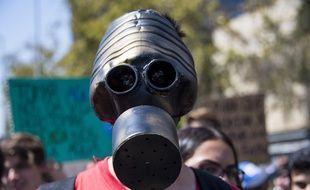 """Un activiste maqué participe à une manifestation organisée par """"Fridays For Future""""au Chili, le 15 mars 2019"""