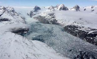 Le changement de la vitesse à laquelle se déplacent plus de 200 glaciers du Groenland indique que leur contribution à la montée du niveau des océans au XXIe siècle pourrait être nettement moindre que ne le pensaient les scientifiques, selon une étude publiée jeudi