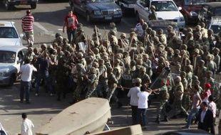 La police militaire évacue des manifestants de la place Tahrir, au Caire, le 1er août 2011.