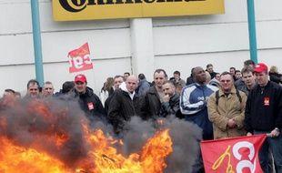 Des salariés de l'usine Continental de Clairoix, le 12 mars 2009 après l'annonce de la fermeture du site