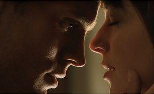 Jamie Dorman et Dakota Johnson dans Cinquante nuances de Grey